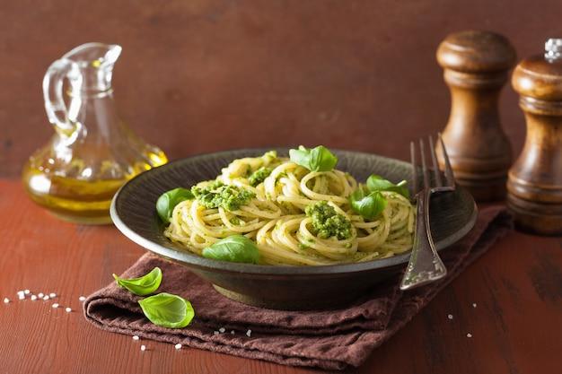 Паста спагетти с соусом песто на деревенском столе