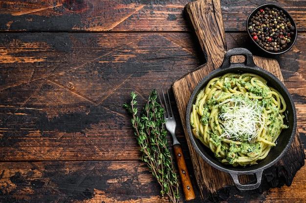 Спагетти паста с соусом песто, шпинатом и пармезаном на сковороде