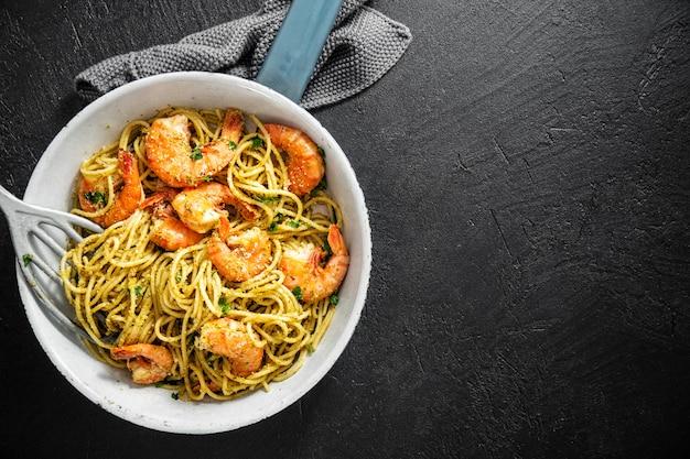 Spaghetti pasta with pesto and shrimps