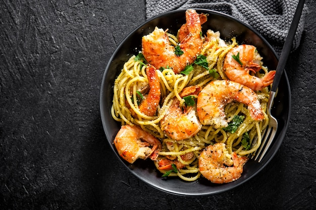 Spaghetti pasta with pesto and shrimps