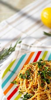 Паста спагетти с поджаренными панировочными сухарями с чесноком, лимоном и розмарином. выборочный фокус. размер баннера.