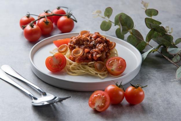 Макароны спагетти с томатным соусом и колбасой