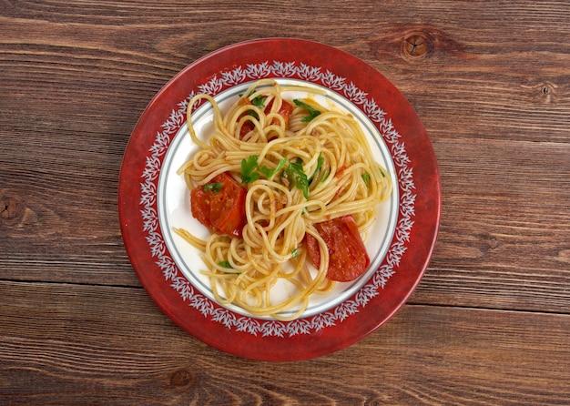 Spaghetti piccanti al pomodoro fresco
