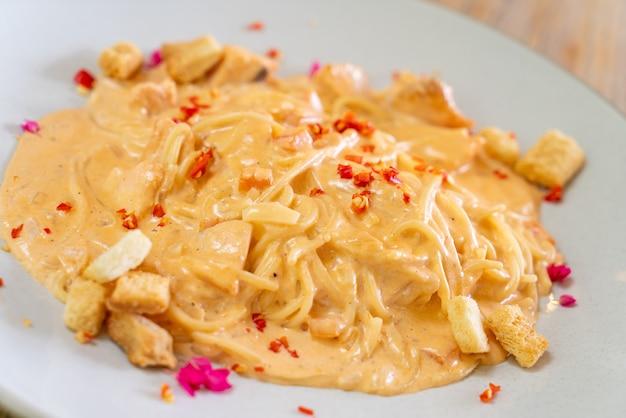 スパゲッティサーモンクリームソース-イタリアンフードスタイル