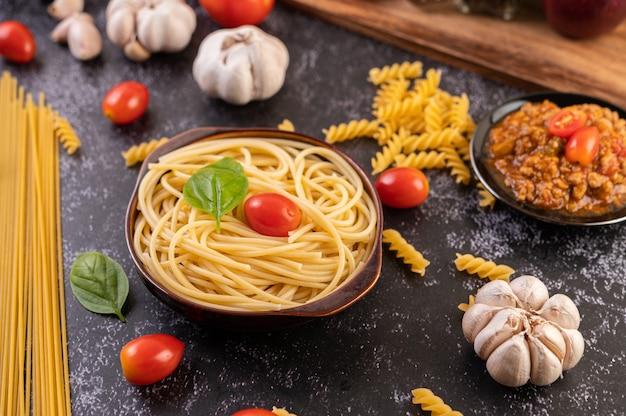 トマトとバジルのグレープレートのスパゲッティソテー