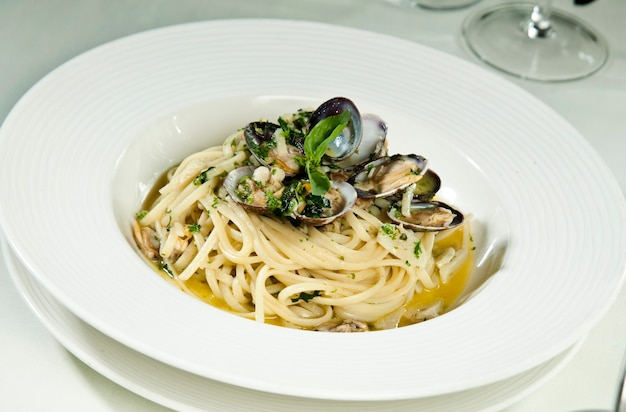Спагетти из морепродуктов на белом фоне