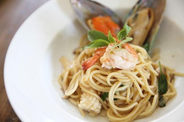 Спагетти с морепродуктами с острым