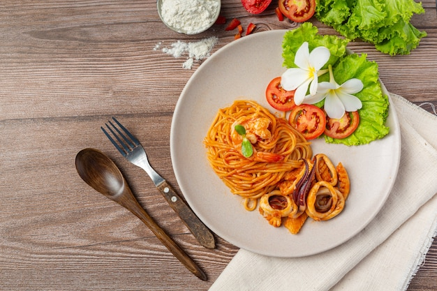 トマトソースのスパゲッティシーフード美しい食材で飾られています。