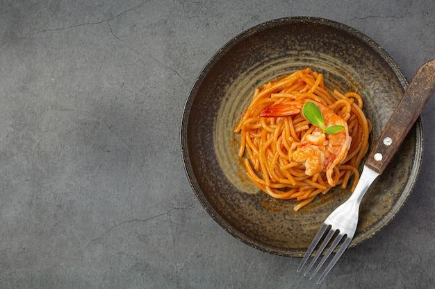 스파게티 해산물과 토마토 소스가 아름다운 재료로 장식되었습니다.