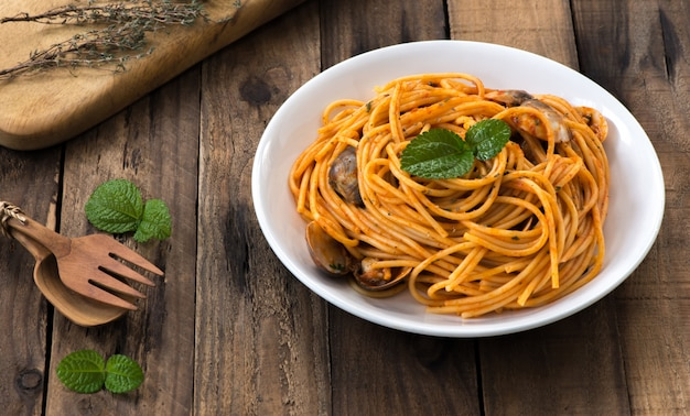 Spaghetti shellfish with tomato sauce