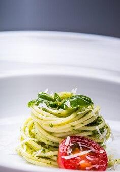 スパゲッティ。自家製ペストソースオリーブオイルとバジルの葉のスパゲッティ。