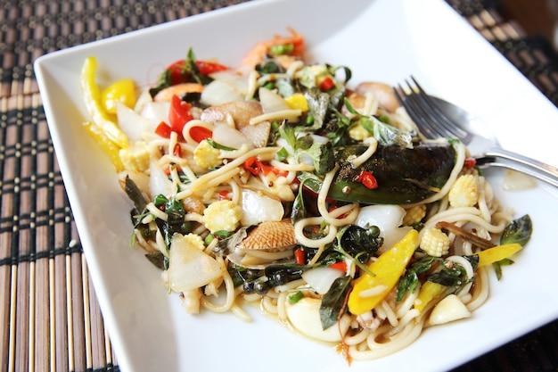 Спагетти с пряными блюдами из морепродуктов по-тайски
