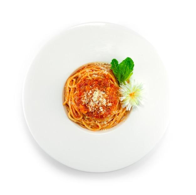 스파게티 매운 토마토 소스 뿌려 파마산 치즈 이탈리아 요리 퓨전 스타일 장식