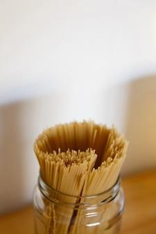 Подставка для спагетти в стеклянной банке крупным планом, для рецептов