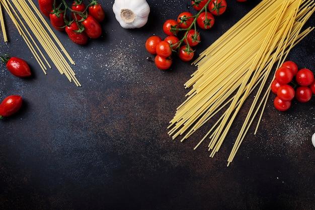 スパゲッティ、トマト、ニンニク、ブラックのテーブル