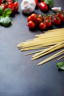スパゲッティ、トマト、バジル、ニンニク、ブラックのテーブル