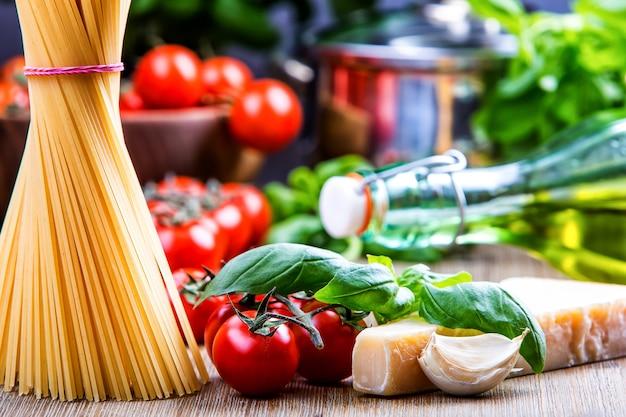 스파게티 토마토 바질 마늘 올리브 오일과 파마산 치즈. 이탈리아 또는 지중해 요리의 개념입니다.