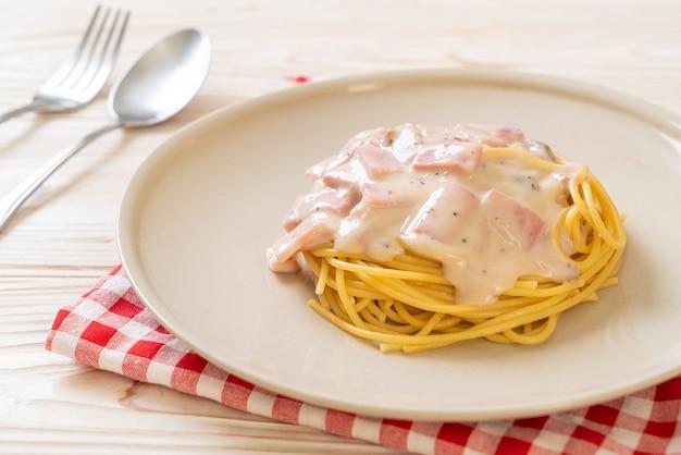 スパゲッティホワイトクリームソースとハム