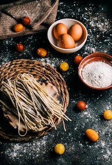 Спагетти. вся пшеница макароны с яйцом на деревянный стол. здоровая пища. вегетарианская еда. рацион питания