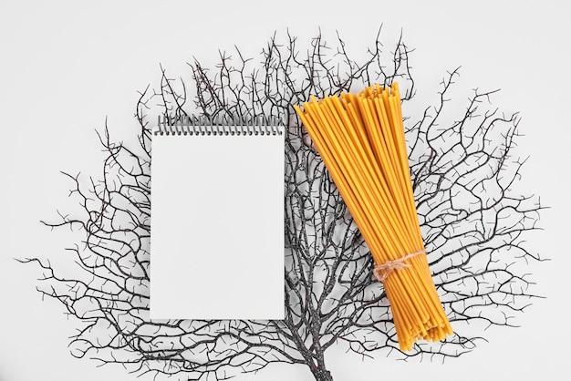 装飾的な背景のレシピ本とスパゲッティ。
