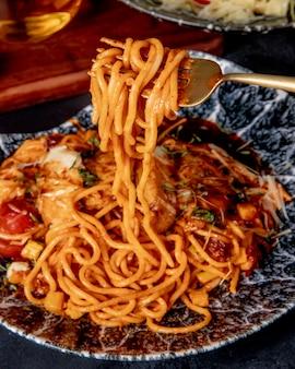 Спагетти с курицей в томатном соусе, вид сбоку