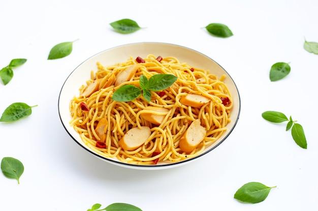 乾燥唐辛子とホットドッグのスパゲッティ