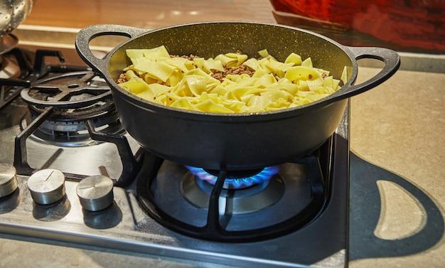 インターネットのレシピに従って、ボロネーゼのスパゲッティ鍋で揚げた牛ひき肉のスパゲッティ。