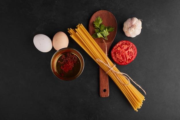 Спагетти с ингредиентами вокруг, вид сверху.