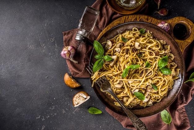 Спагетти с грибами и базиликом
