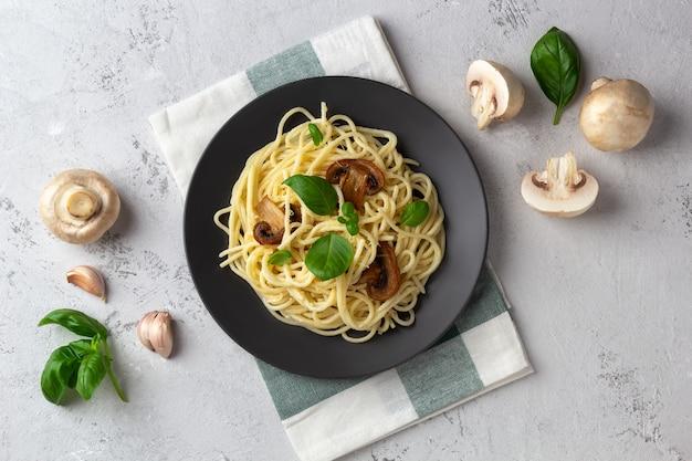 キノコとクリームソースの軽い空間のスパゲッティ