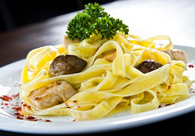 Спагетти с грибами и соусом