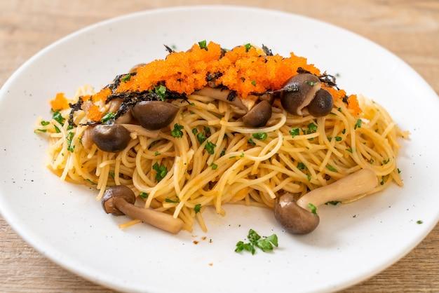 Спагетти с грибами, креветочным яйцом и водорослями