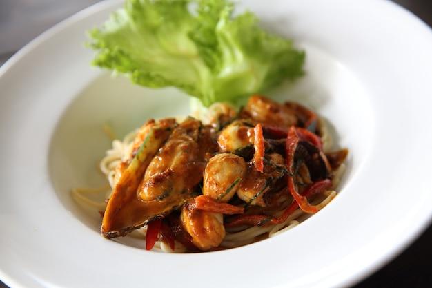 Спагетти с морепродуктами с острым соусом
