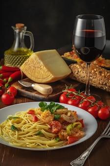 エビ、チェリートマト、スパイスのスパゲッティ