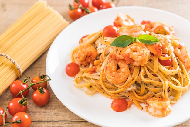 Spaghetti with shrimps, tomatoes, basil and cheese