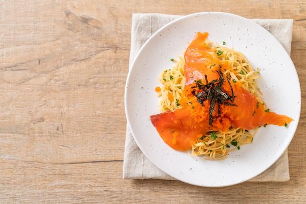 Спагетти с копченым лососем и креветочным яйцом