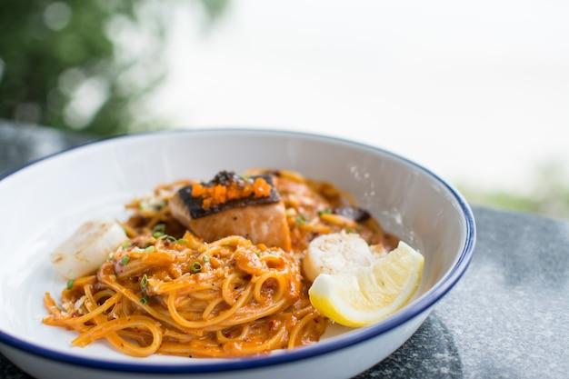 Спагетти с копченым лососем