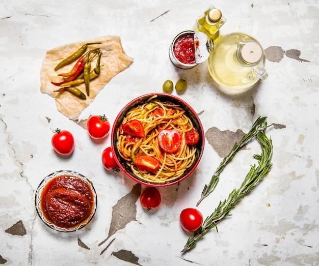Спагетти с томатной пастой, острым перцем чили и оливковым маслом.