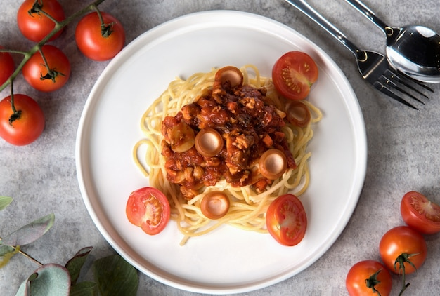 Спагетти с томатным соусом и колбасой