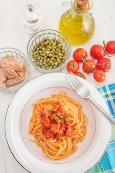 Спагетти с соусом из тунца и каперсами