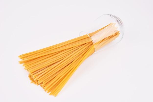 ガラスのコップからのspaghetties。