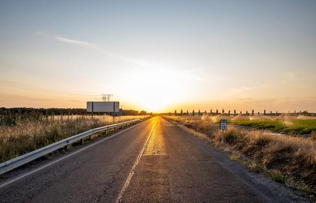 Испания, одинокая дорога в глуши, никого не видно