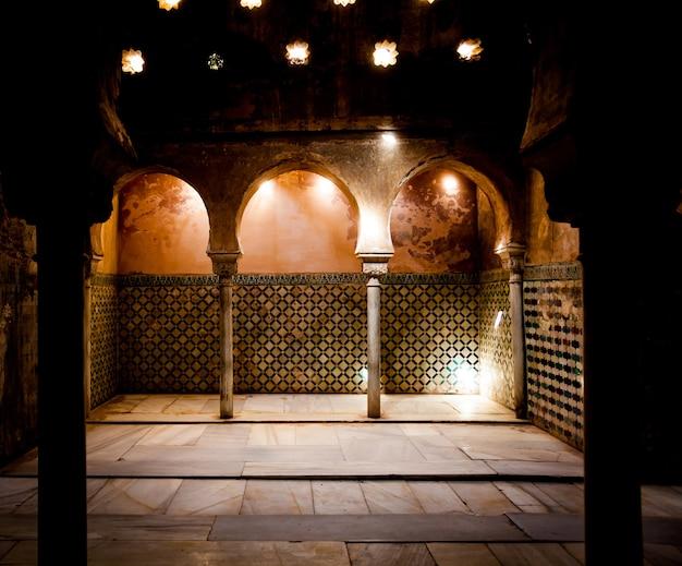 Испания, андалусия, гранада. интерьер арабской ванной комнаты во дворце альгамбра