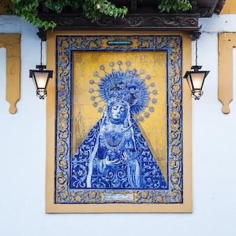 Испания, регион андалусия. традиционный католический алтарь на публичной улице для молитв, начало хх века