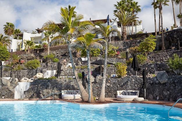 Испания, канарские острова, санта-крус-де-тенерифе, адехе - 19 декабря 2019 г .: морской курорт в летний день. шезлонги.