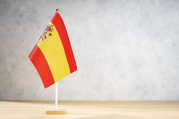 흰색 질감된 벽에 스페인 국기입니다. 텍스트, 디자인 또는 그림을 위한 공간 복사