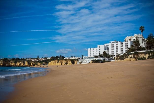 ホテルと砂浜のあるスペインの風景。水平ビネットショット