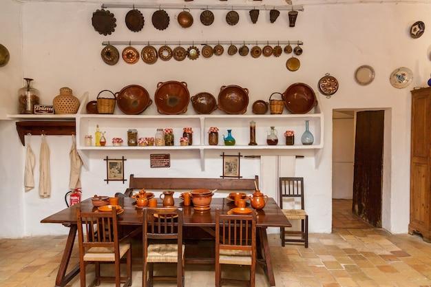 Испания пальма-де-майорка 23 июня 2016 старые глиняные тарелки и чашки на кухне в поместье