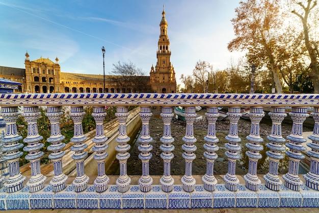 セビリアのスペイン広場、広場の水路と歴史的建造物の上のセラミック手すり。アンダルシア。