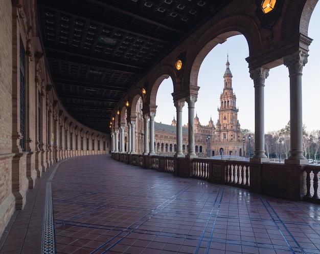 スペイン、セビリアの昼間の建物に囲まれたスペイン広場